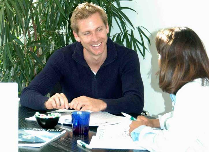 Deutschkurs im Privatunterricht. Die Lehrperson lacht die Schülerin an.