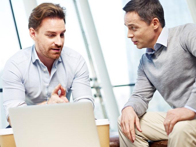 Ein Businessmann lernt Englisch im massgeschneiderten Einzelunterricht.
