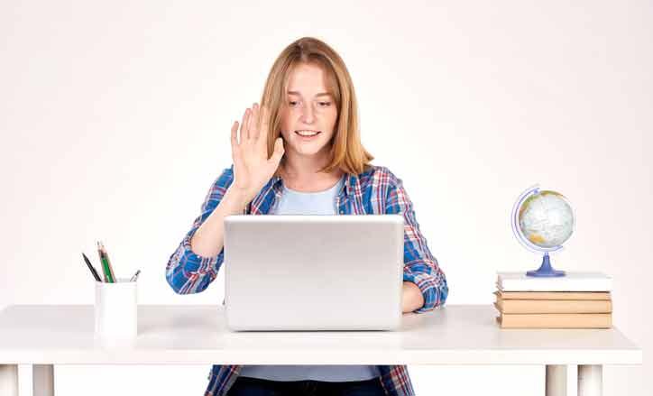 Ein online Englisch Nachhilfekurs mit einer Jugendlichen, die ihre online Nachhilfelehrperson begrüsst