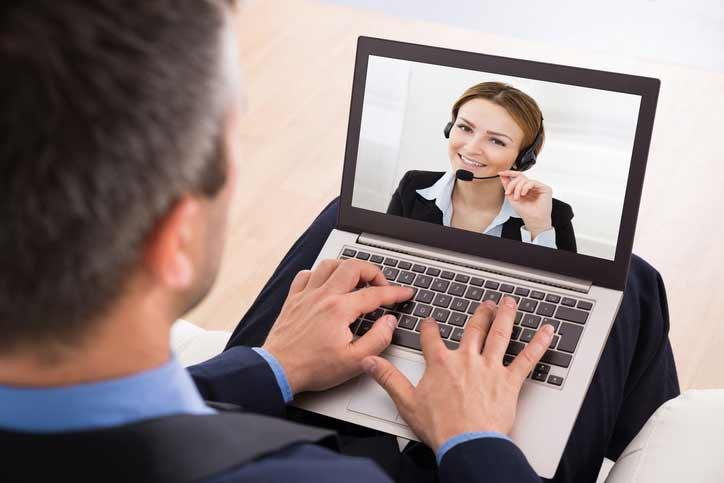 Ein Business-Französischkurs, der Teilnehmerspricht mit seiner Französisch-Lehrerin via Video Chat.