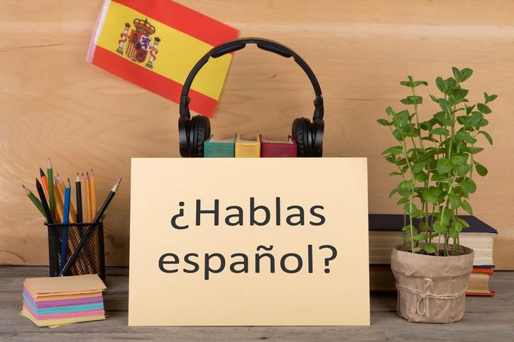 Auf einer Tafel steht geschrieben: Sprechen Sie Spanisch, hablas español?
