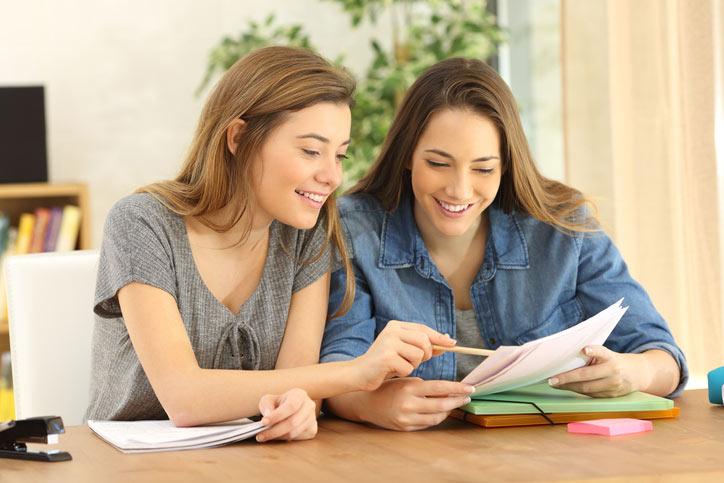 Italienischkurs im Privatunterricht. Lehrerin und Schülerin in schauen sich gerade etwas Lustiges im Computer an - Fotograf > getty images
