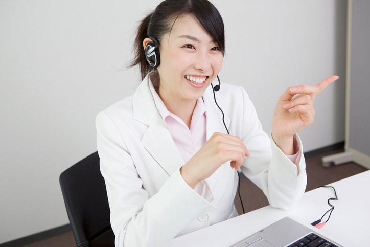 Eine Japanischlehrerin unterrichtet Japanisch online via Videokonferenz.