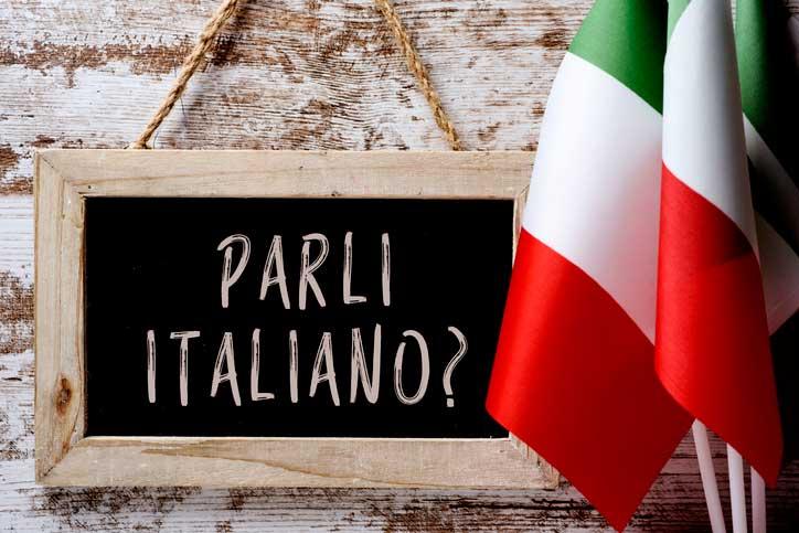Auf einer Tafel steht geschrieben: Sprechen Sie Italienisch, parli italiano? - Fotograf > getty images