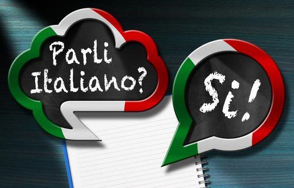 Auf einer Tafel steht geschrieben: Sprechen Sie Italienisch, parli italiano? Und die Antwort ja, si! - Fotograf > getty images